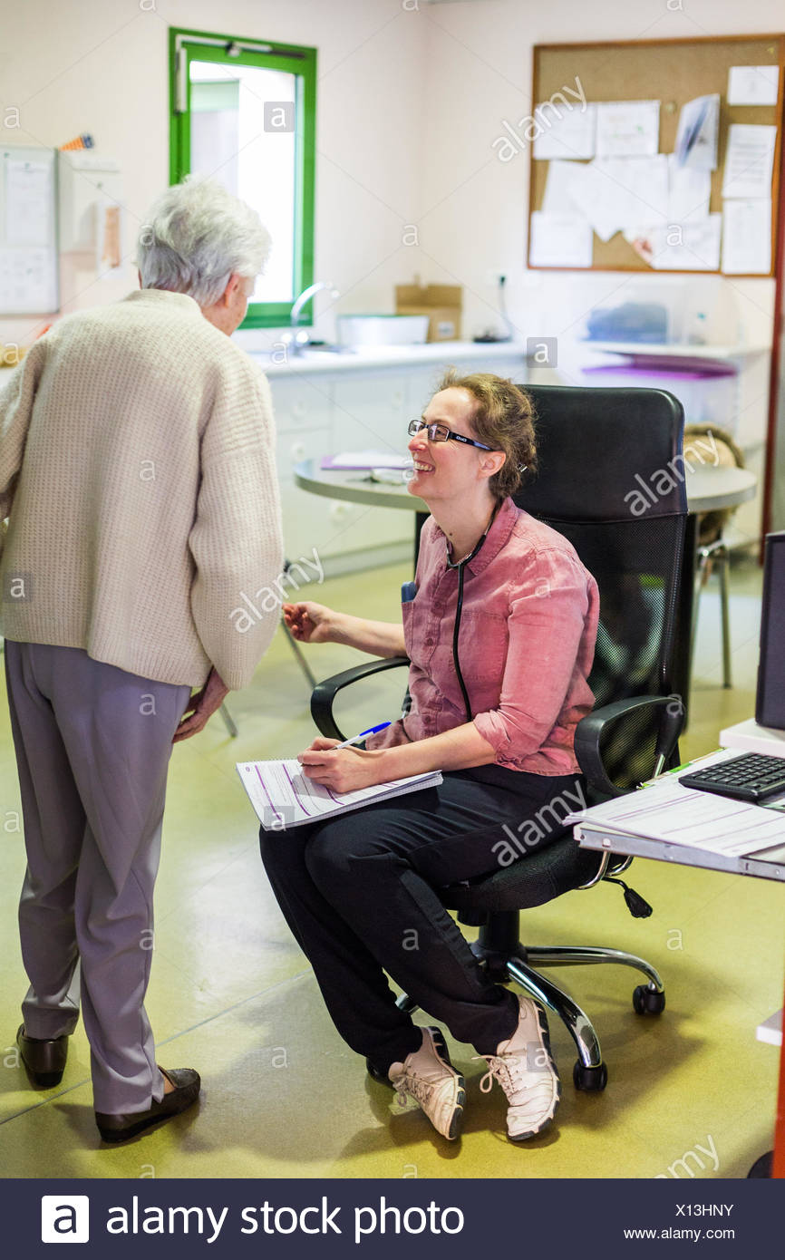 EHPAD specialized in the care of the elderly suffering from Alzheimer's disease, Resident talking to the coordinating physician, Center for psychogeri - Stock Image