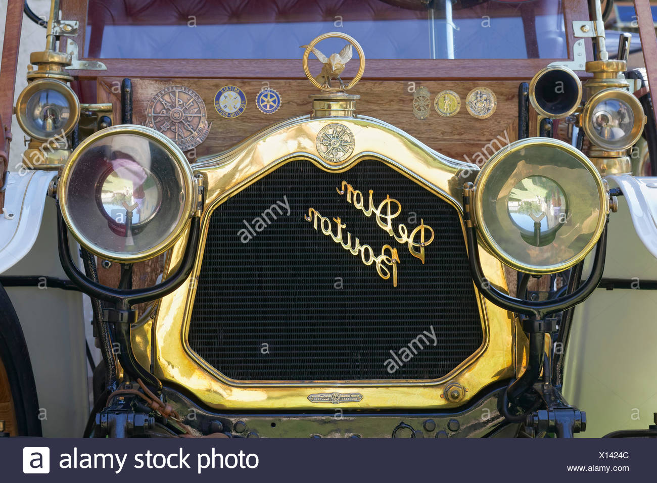 De Dion Bouton emblem on engine of car, Landaulet 1908 model of the French classic car, Schloss Dyck Classic Days 2016 Jüchen - Stock Image