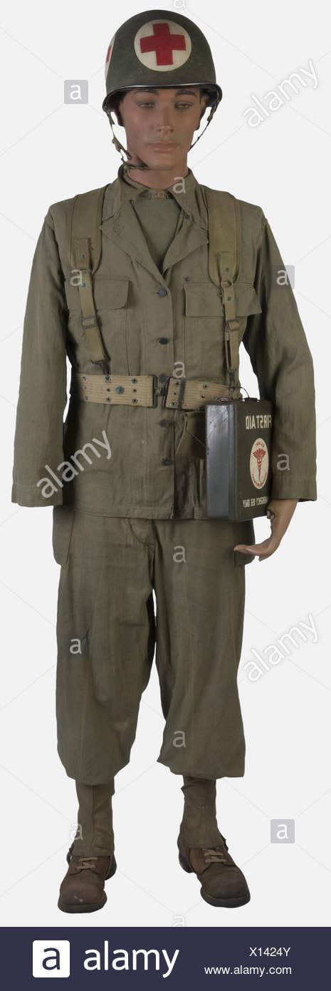U.S.A, Infirmier de l'US Army, sur mannequin, comprenant un casque M1 recouvert de peinture verte (présente à 30%) avec jugulaire à attaches à pattes fixes et sous-casque (état moyen), une veste treillis HBT complète de ses boutons et ses poches de poitrine, un pantalon treillis HBT à deux poches cargo, guêtres toiles, brodequins cuir brun, ceinturon troupe avec brelage infirmier, pansement avec son étui, bidon avec sa gourde, caisse en métal de premier soin. 2, , Additional-Rights-Clearances-NA - Stock Image