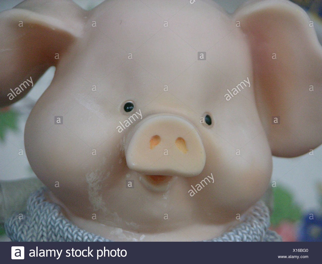 Piggy bank with their own hands in the form of a plaster pig