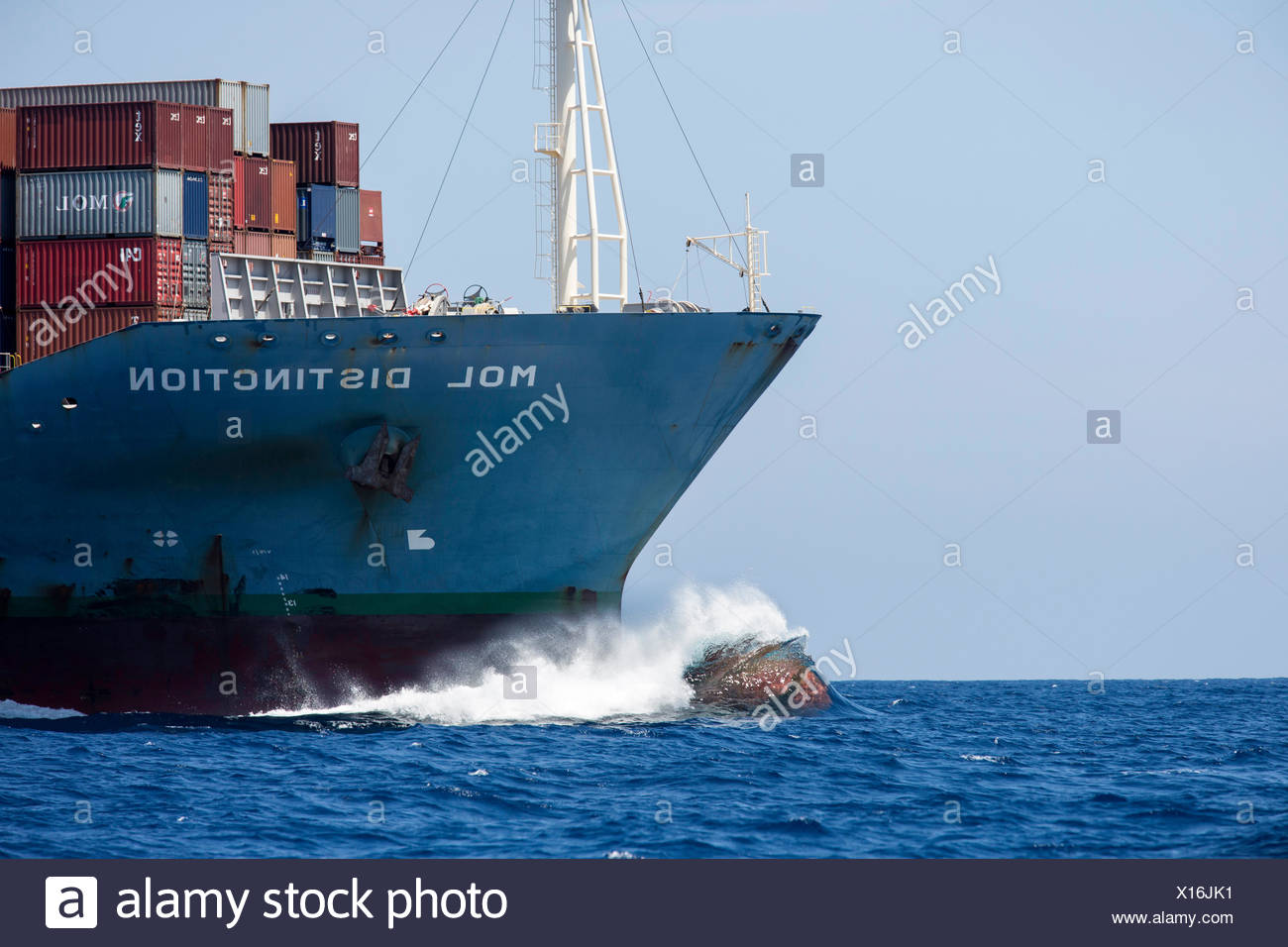 Waves crashing against the bow of the container ship 'Mol Distinction', off Mirissa, Sri Lanka, Indian Ocean. All non-editorial uses must be cleared individually. - Stock Image