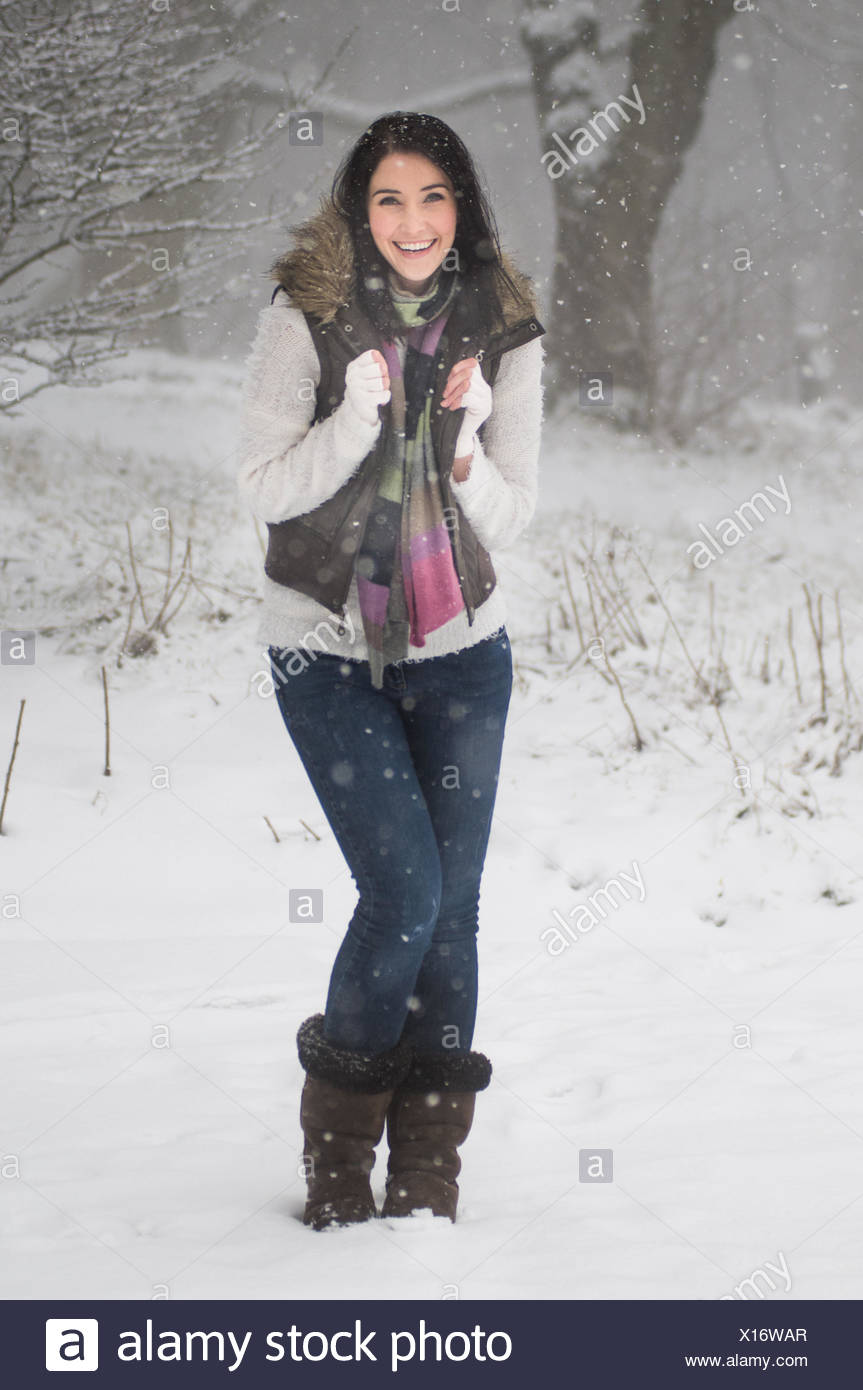 Full length shot of woman in snow - Stock Image