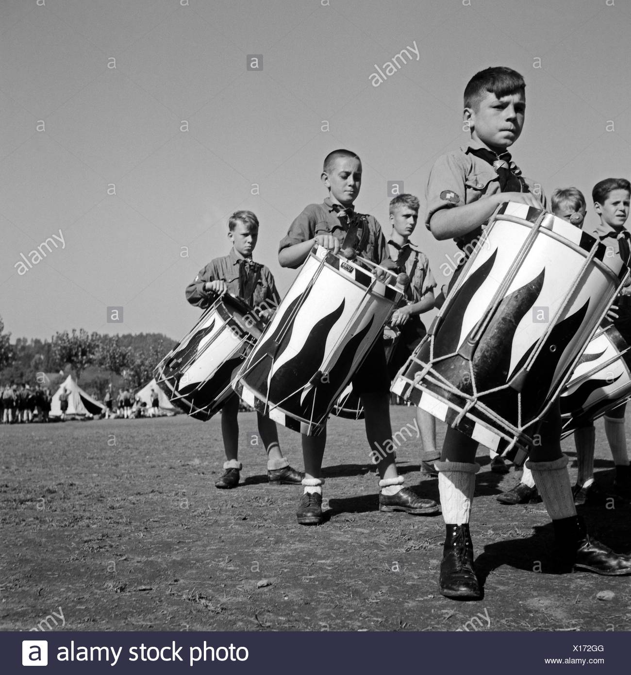 Jungen des Tromnmlercorps des Jungvolk Musikzuges geben den Takt im Hitlerjugend Lager, Österreich 1930er Jahre. Drummer boys of the Jungvolk beating their drums mustering at the Hitler youth camp, Austria 1930s. - Stock Image