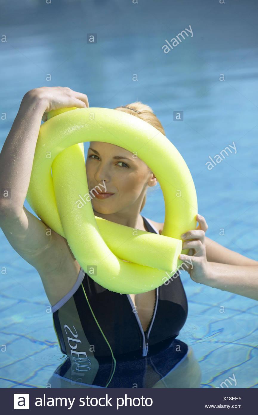 Wasserbecken Frau Jung Aquaaerobic Aquagymnastik Wassergymnastik Sport Freizeit Hobby Aktivitaet Portrait Fitness Bewegung Gymna - Stock Image