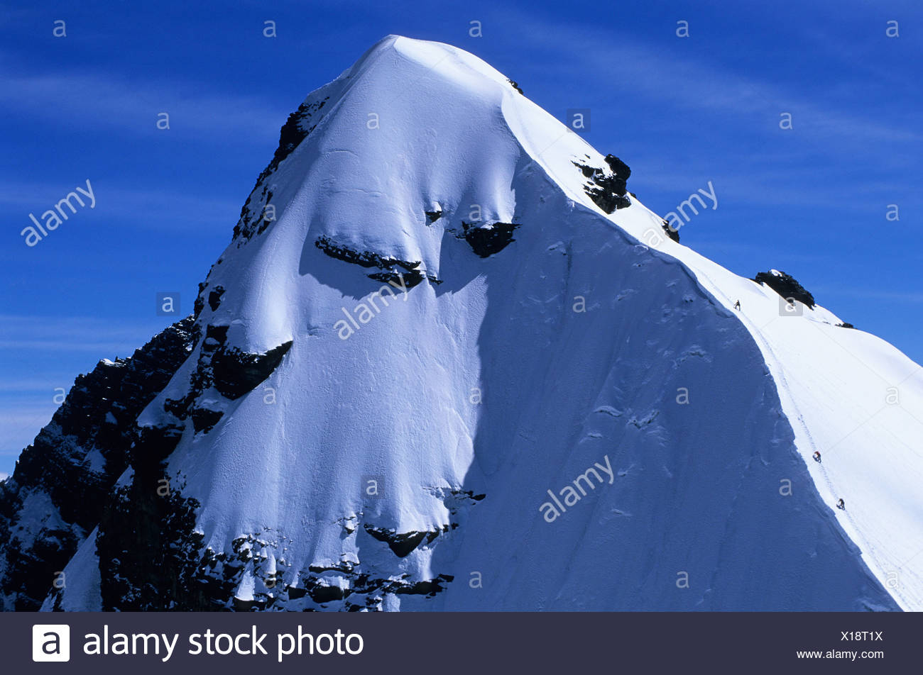 A mountain climbing team approaches the summit of Pequeno Alpamayo, Cordillera Real, Bolivia - Stock Image