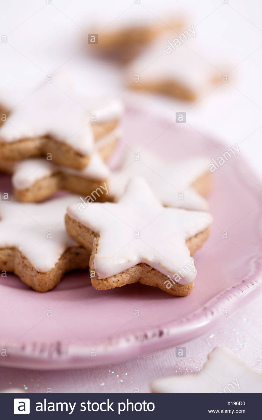 Star-shaped shortbread cookies with icing - Stock Image