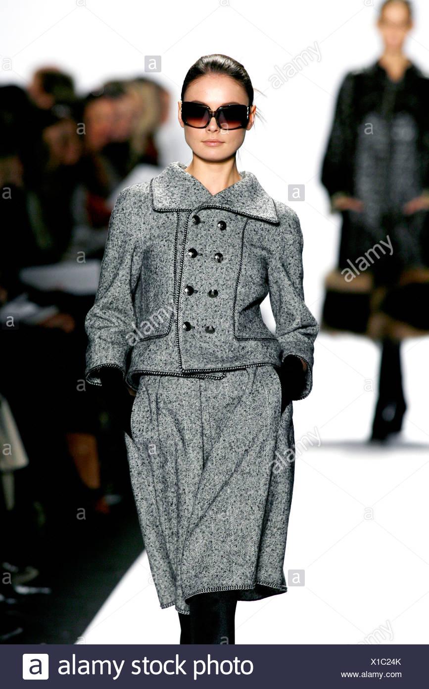 2e7b966aaa Oscar de la Renta New York Ready to Wear Autumn Winter Model Inguna Butane  brunette hair