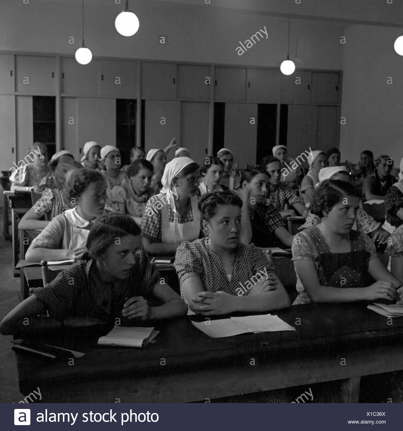 BdM Mädchen beim Unterricht in der Haushaltungsschule Greifenberg, Deutschland 1930er Jahre. BdM girls learning in the lesson at the domestic science school at Greifenberg, Germany 1930s. - Stock Image