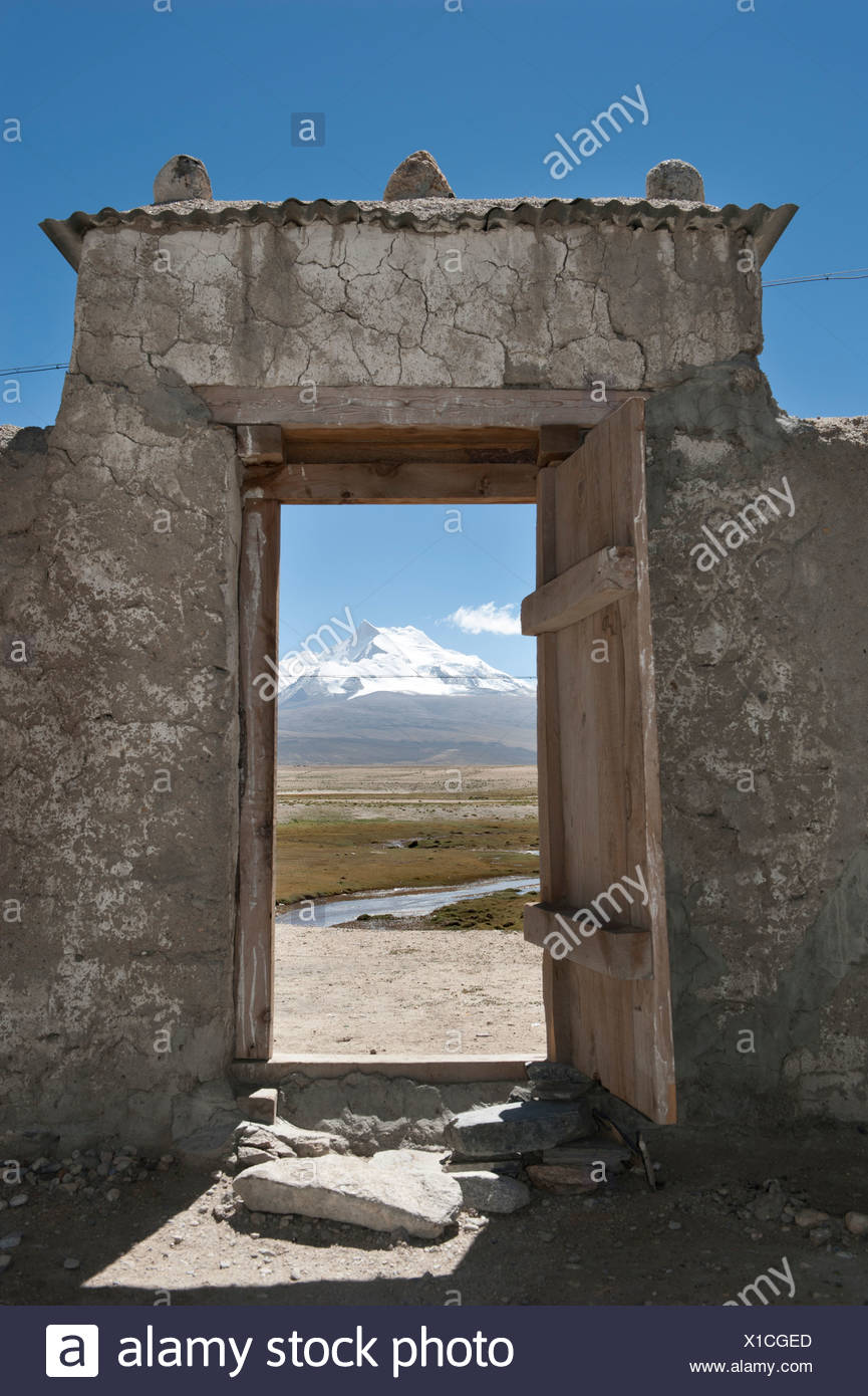 View through an open gate on the snow-covered peaks of Mt. Benchen Kang, 7281 m, central Tibet, U-Tsang, Himalayas - Stock Image