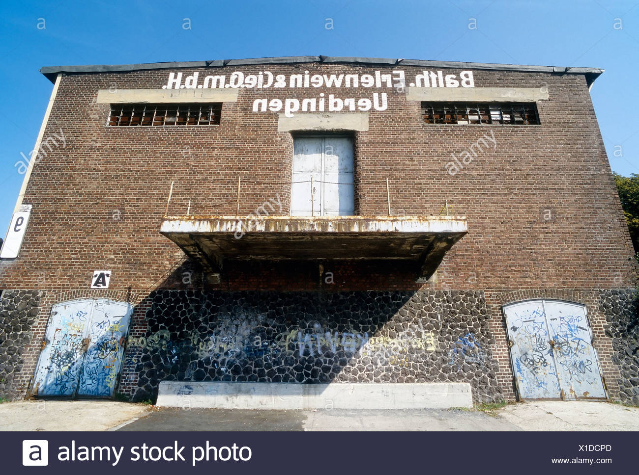 Ruined storage warehouse with a loading ramp, Alter Rheinhafen harbour, Uerdingen district, Krefeld, North Rhine-Westphalia - Stock Image