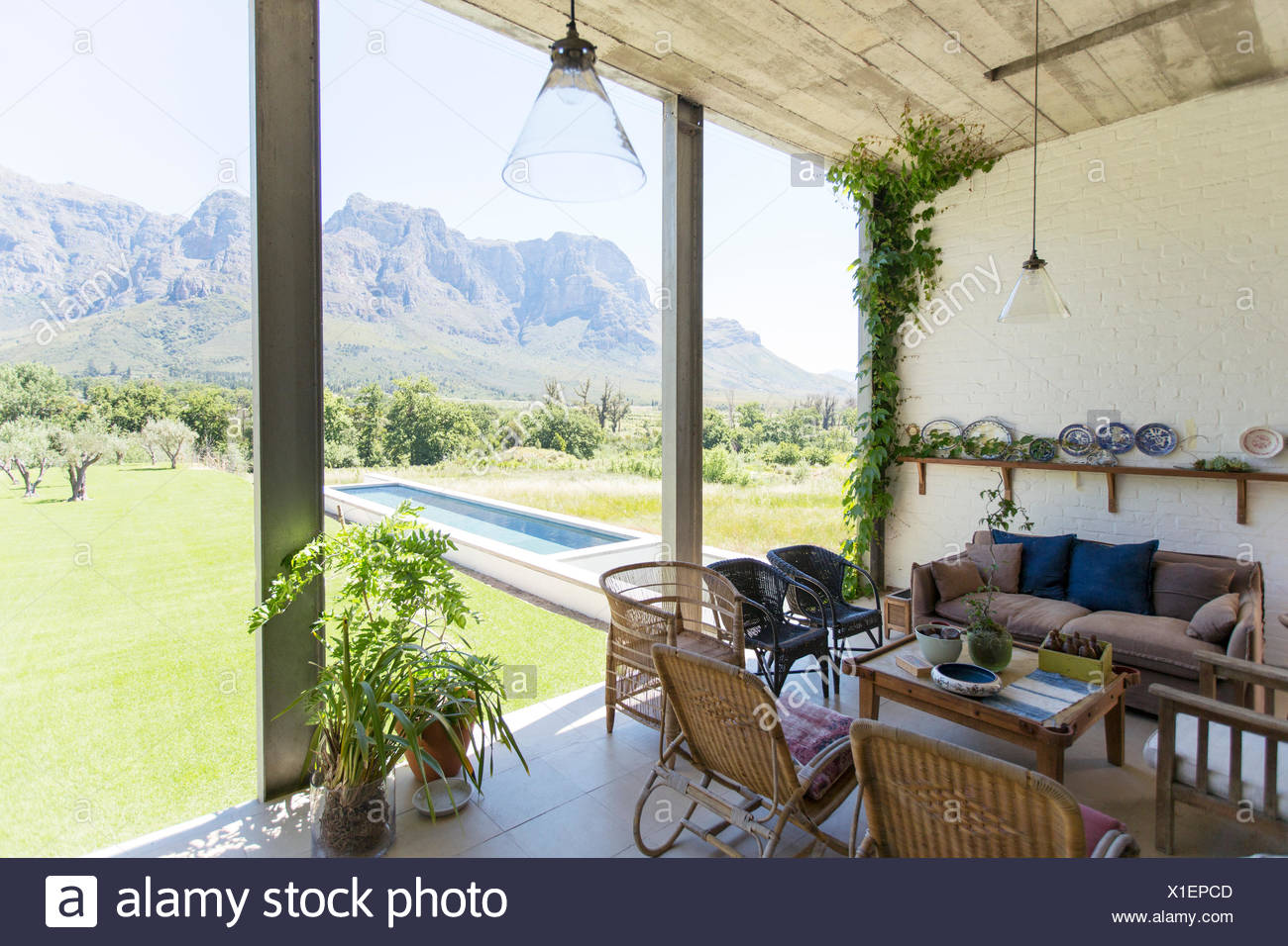 Living room overlooking backyard and landscape - Stock Image