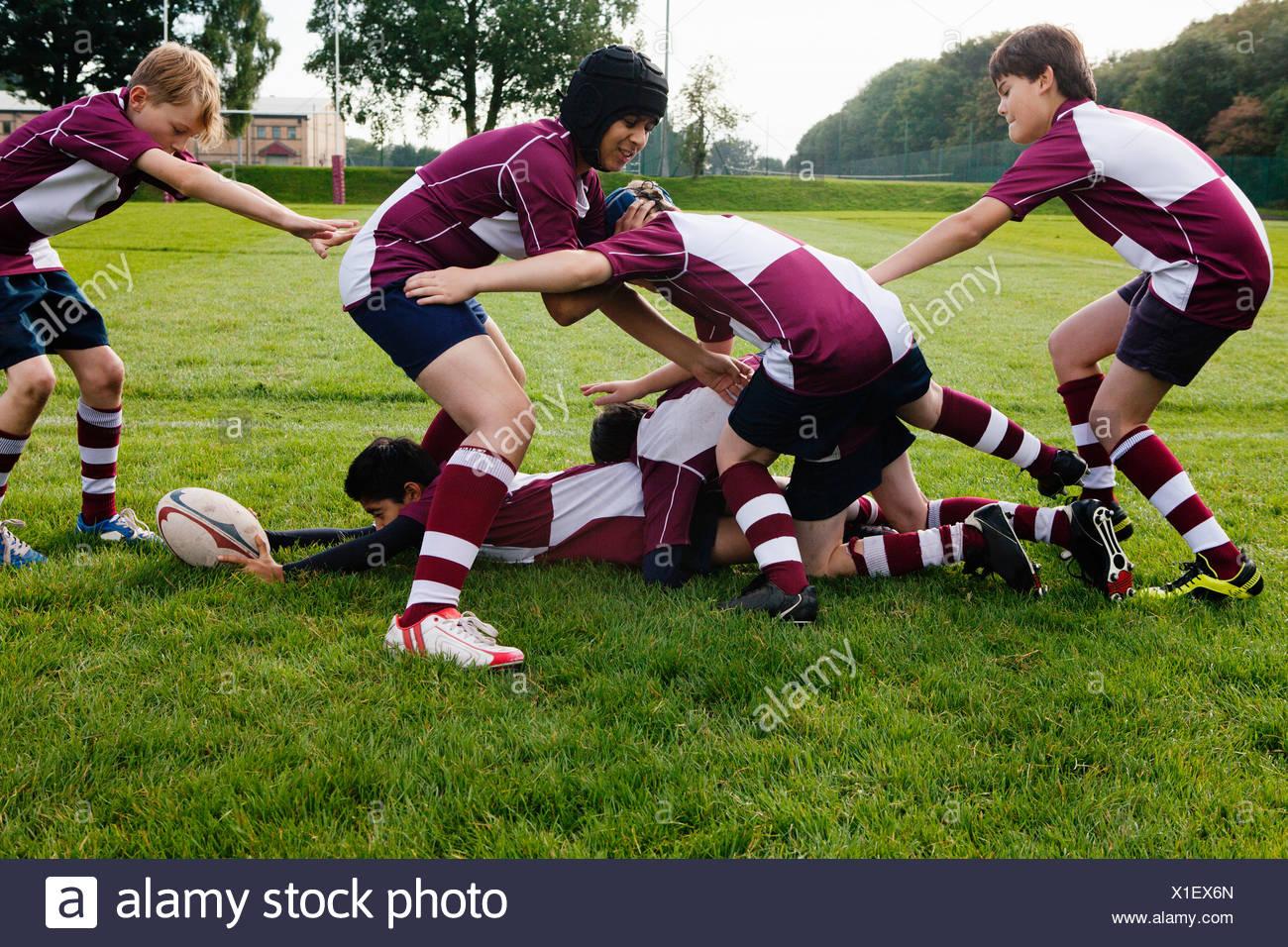 Teenage schoolboy rugby team practicing - Stock Image