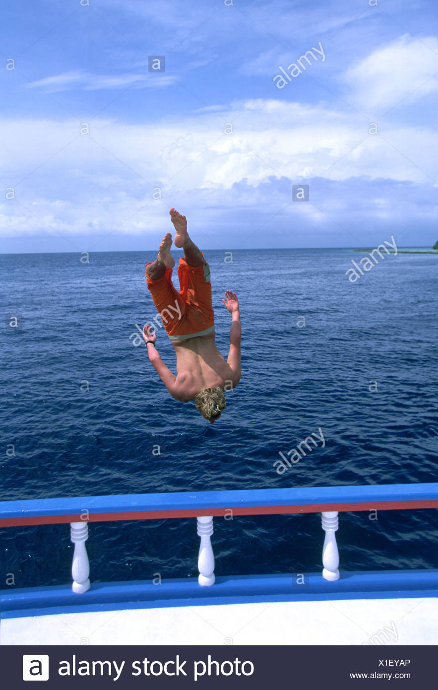 Man jumping backwards off boat into water Stock Photo: 276309342 - Alamy