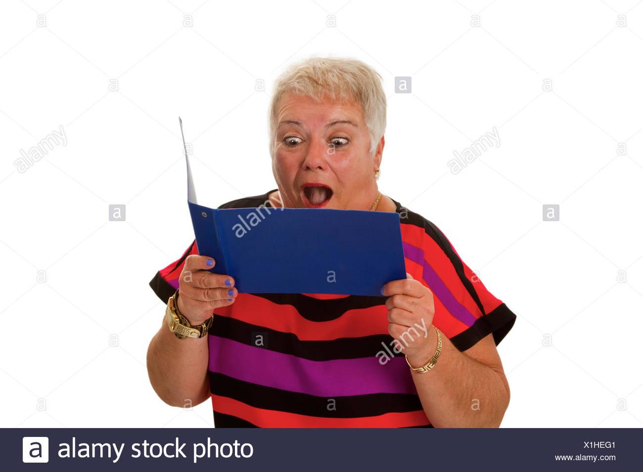 Seniorin mit Kontoauszugsmappe - freigestellt auf weissem Hintergrund Stock Photo