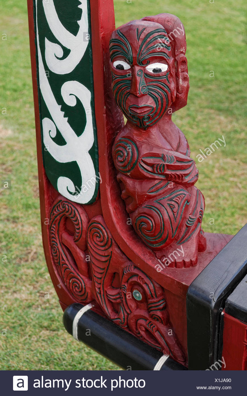 Waka, a Maori war canoe, replica from 1990, carved bow with figural representation and ornaments, Waitangi Treaty Grounds - Stock Image