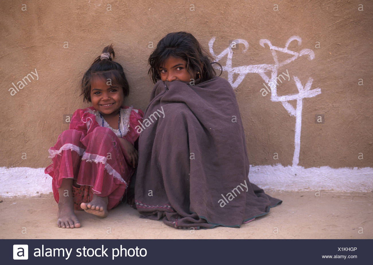 Children in front of a home, Thar Desert, Rajasthan, India, Asia - Stock Image