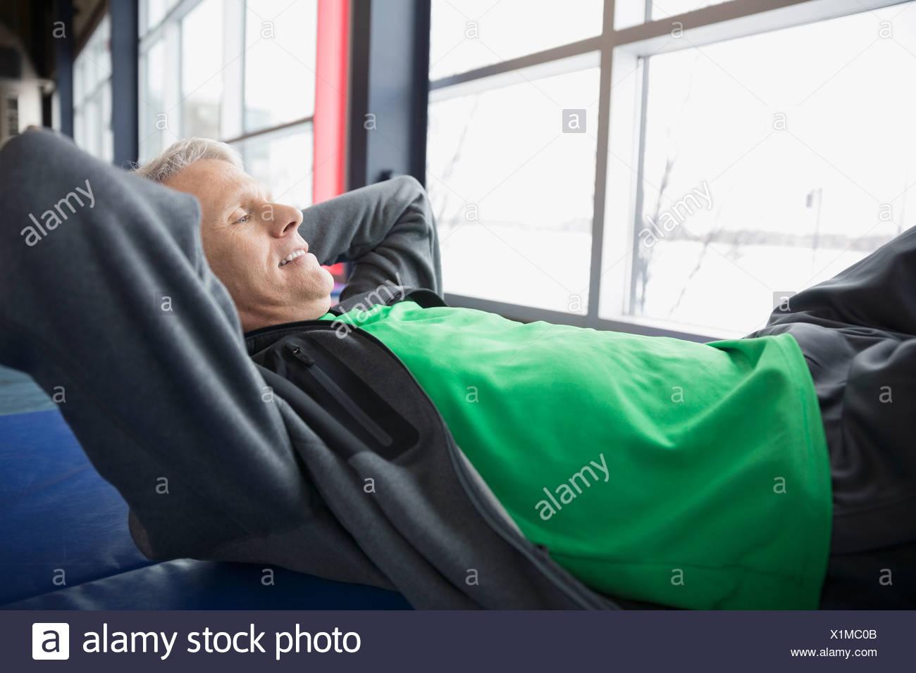 Man doing sit-ups at gym - Stock Image