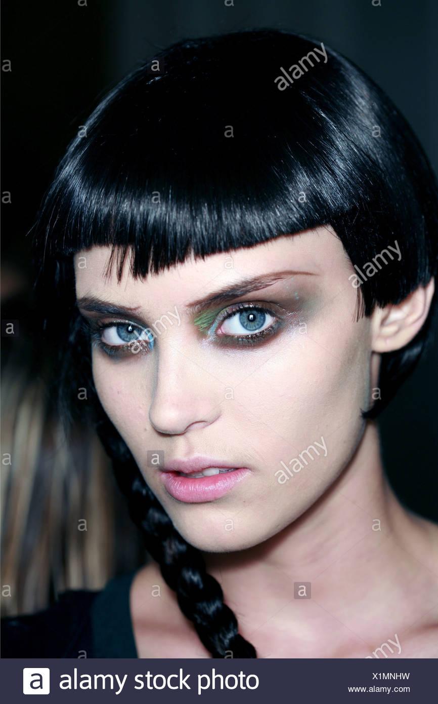 Yohji Yamamoto Backstage Paris Ready to Wear Spring Summer Female jet black blunt fringed glossy bobbed hair side ponytail - Stock Image