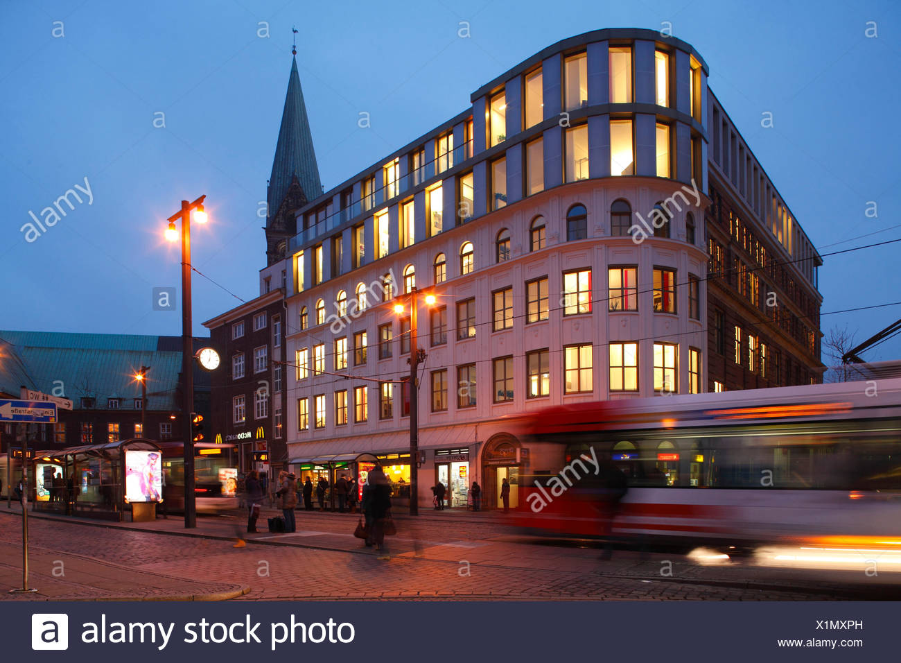 Straßenbahn mit Bürohaus an der Haltestelle Domsheide bei Abenddämmerung, Bremen, Deutschland, Europa Stock Photo