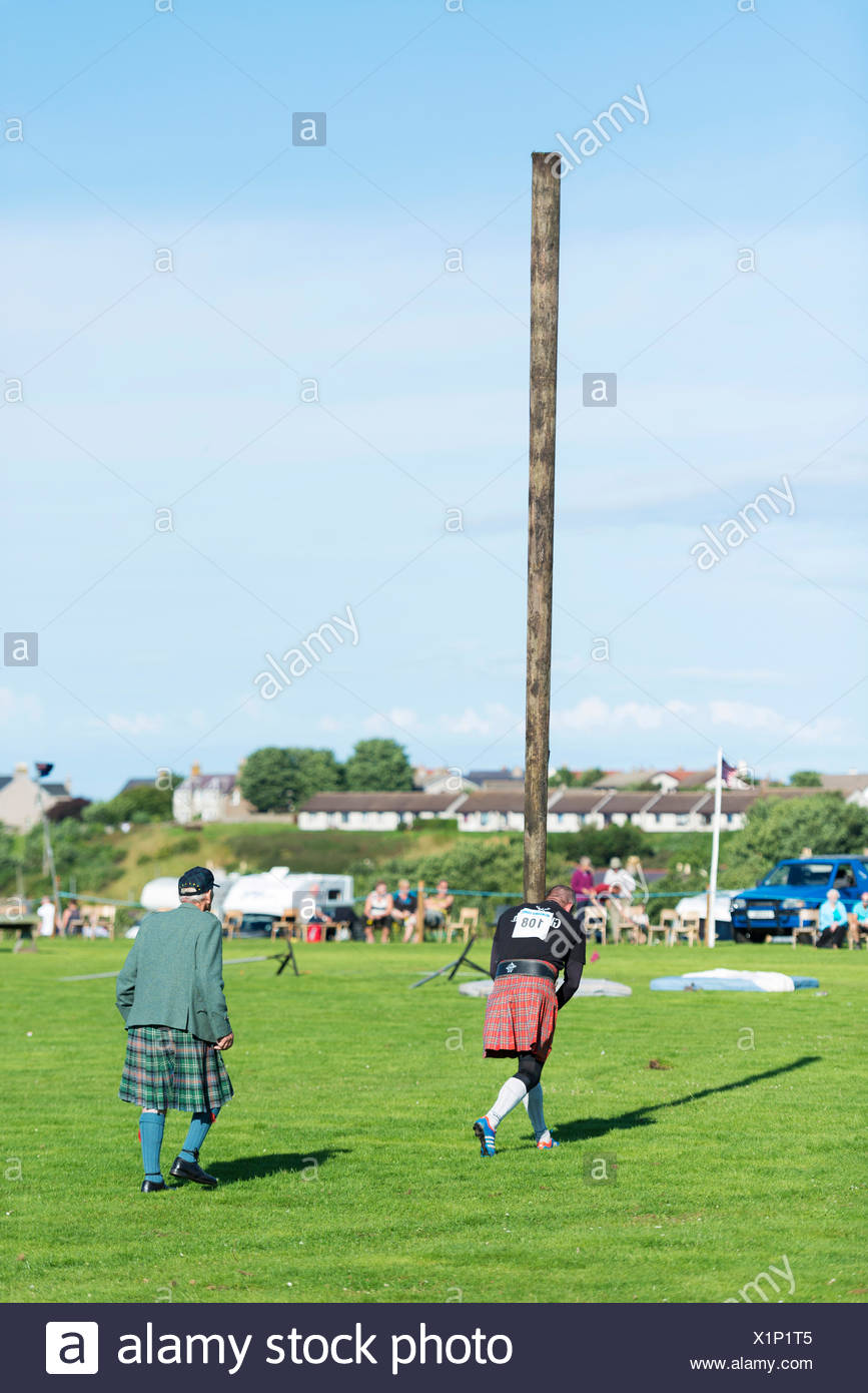 Caber toss, a sports discipline involving the tossing of a large wooden pole, Helmsdale Highland Games, Helmsdale, Sutherland - Stock Image