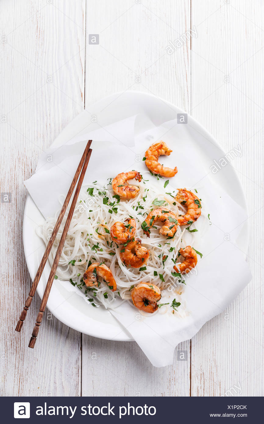 Thai rice noodles with shrimps - Stock Image