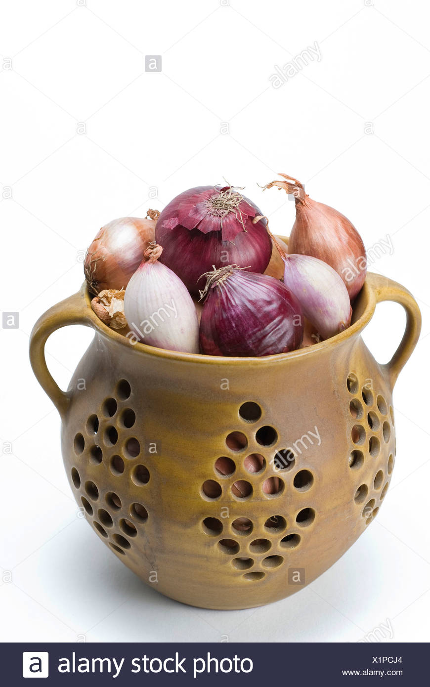 Handmade pot with shallots, ordinary and red onions - Stock Image