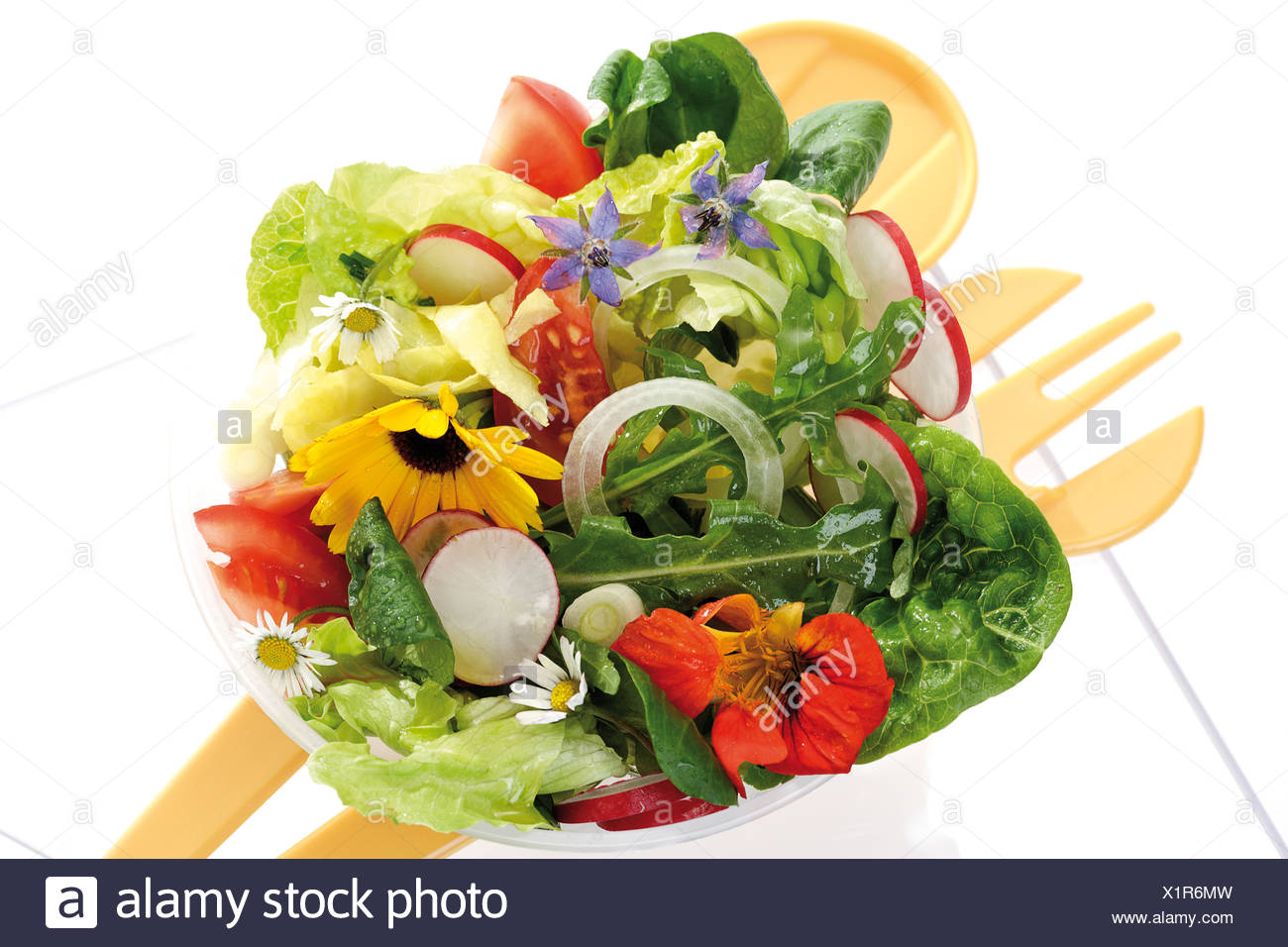 Mixed salad with edible flowers, elevated view - Stock Image