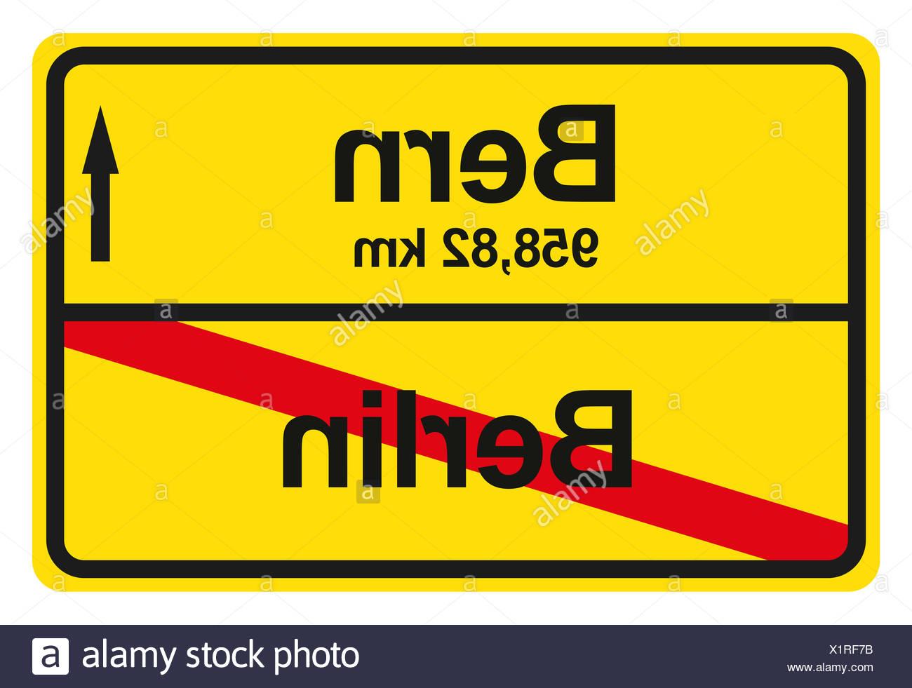 Ein gelbes Ortsausgangschild mit der jeweiligen Entfernung von einem Ort zum anderen. - Stock Image