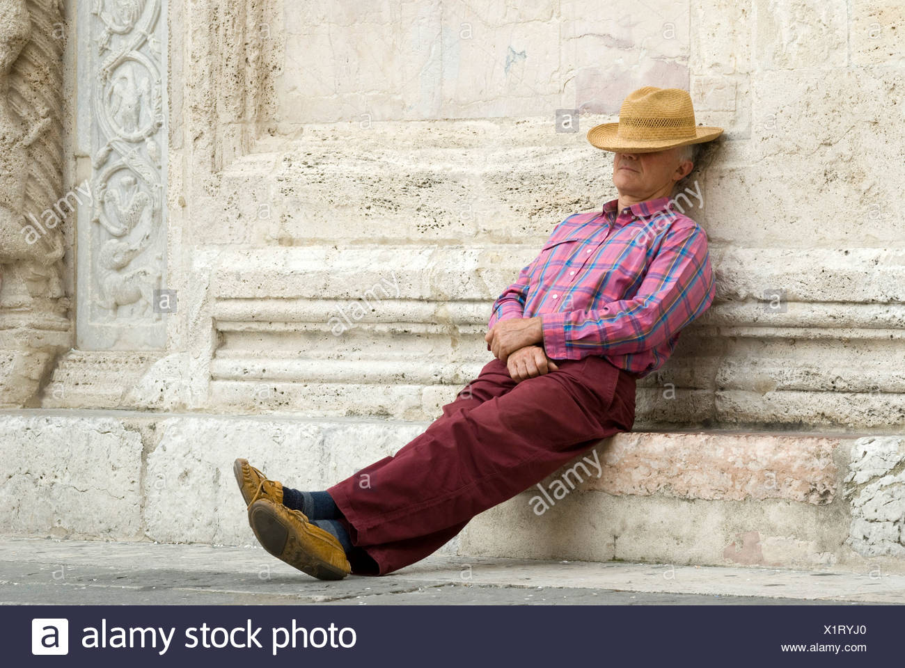Man wearing a straw hat, Assisi, Umbria, Italy, Europe - Stock Image