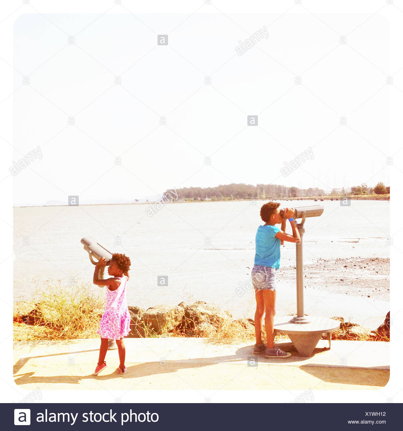 USA, California, San Francisco, Children looking through telescopes at San Francisco Bay Area - Stock Image