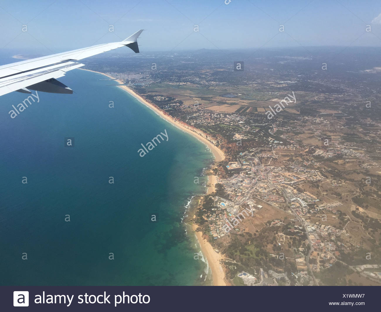 Blick aus dem Flugzeugfenster auf die Algarve Küste in Portugal ...
