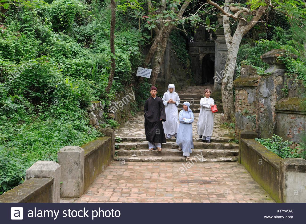 Buddhist nuns and monk at the Huyen Khong Cave, Marble Mountains or Ngu Hanh Son, Thuy Son, Da Nang, Vietnam, Asia - Stock Image