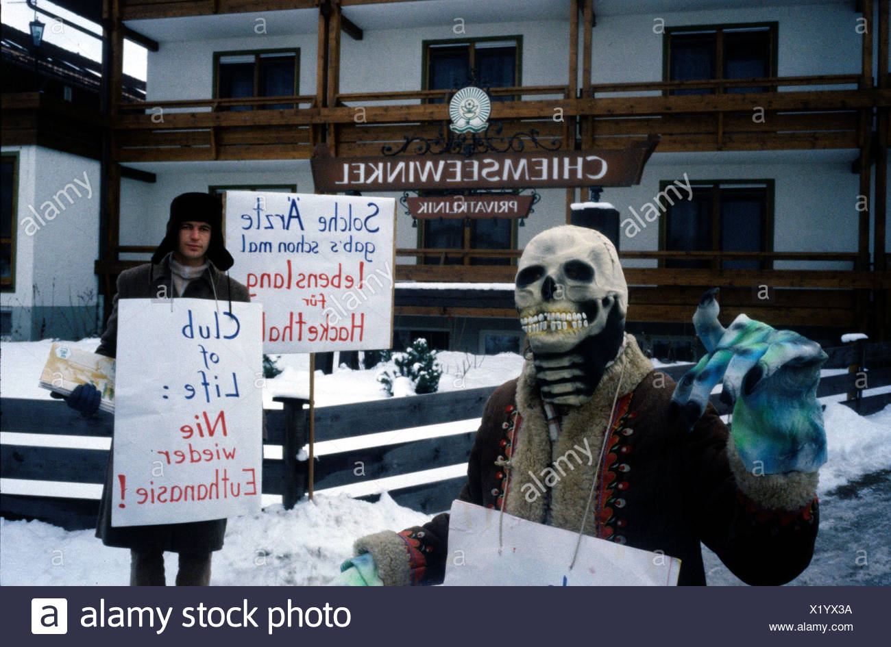 Hackethal, Julius, 6.11.1921 - 17.10.1997, German surgeon, author / writer, protest in front of his clinic in Bavaria, Germany, - Stock Image