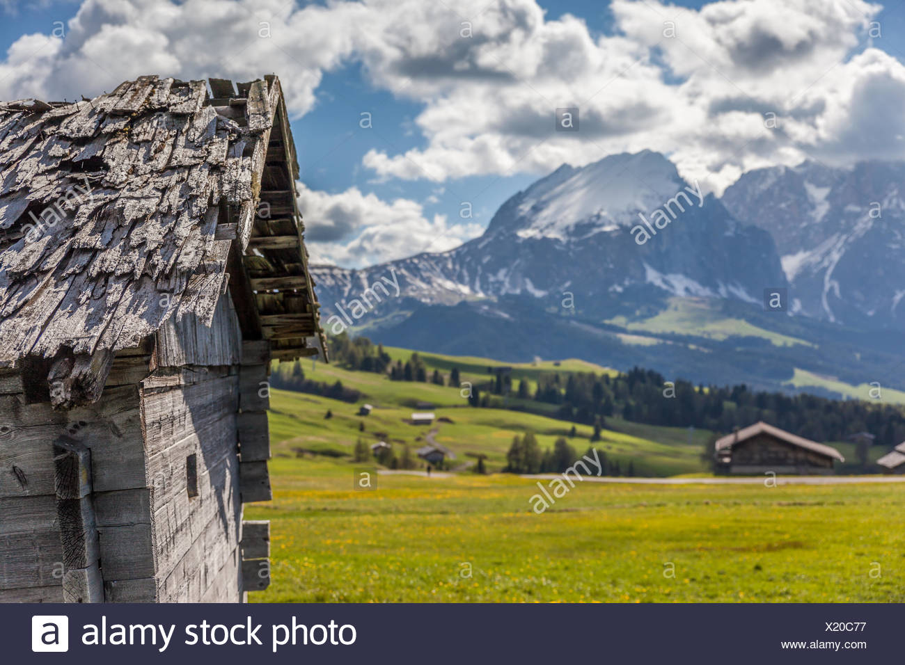 geography / travel, Italy, South Tyrol, Alpine hut on the Seiser mountain pasture, view to the Plattkofel, Additional-Rights-Clearance-Info-Not-Available - Stock Image
