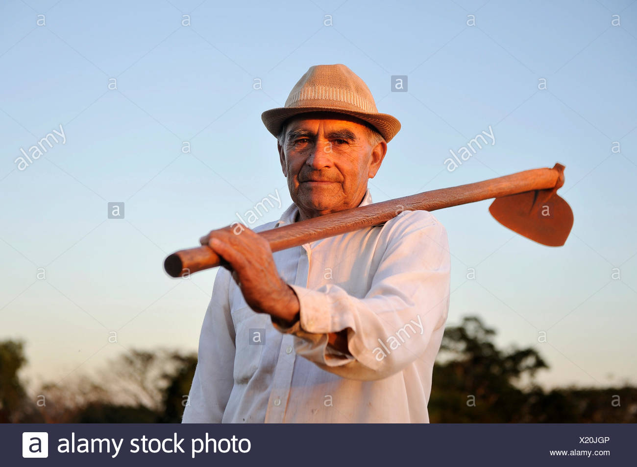 Peasant farmer, 70, holding a hoe, Pastoreo, Caaguazú Department, Paraguay - Stock Image