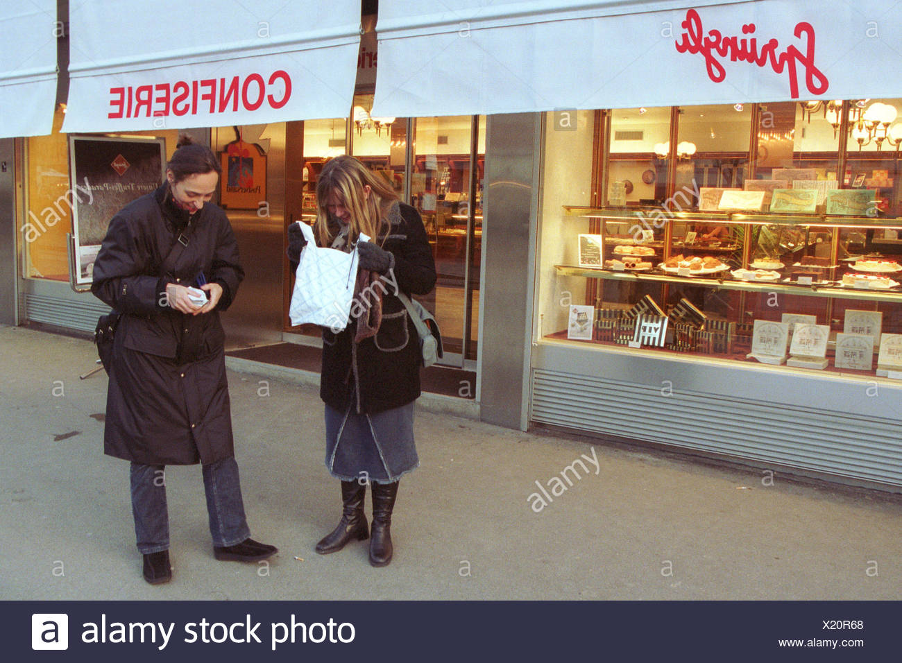 Customers of Swiss confectionery Spruengli after shopping - Stock Image