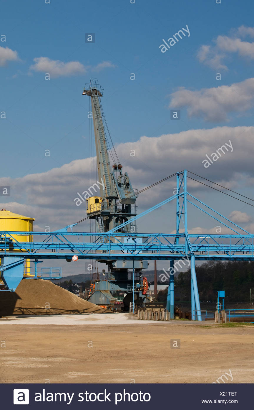 Crane on the Rhine riverbank, bulk handling, gravel, sand, a conveyor belt in the foreground, Rhineland-Palatinate Stock Photo