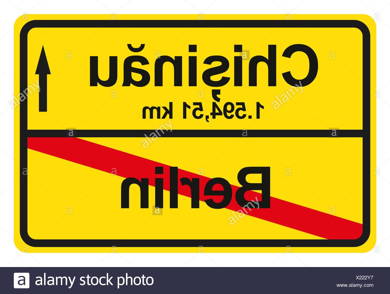 Ein gelbes Ortsausgangschild mit der jeweiligen Entfernung von einem Ort zum anderen. Stock Photo