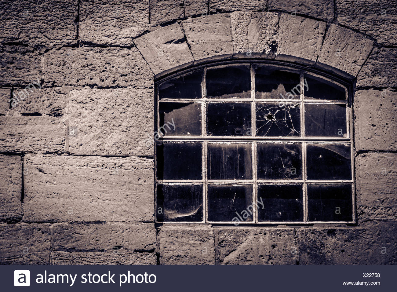 Ancient window in a stone cottage with a bullet hole in the glass<a href='http://de.wikipedia.org/wiki/Burg_Lohra' target='_blank'>Burg Lohra</a> Großlohra, Thuringia, Germany - Stock Image