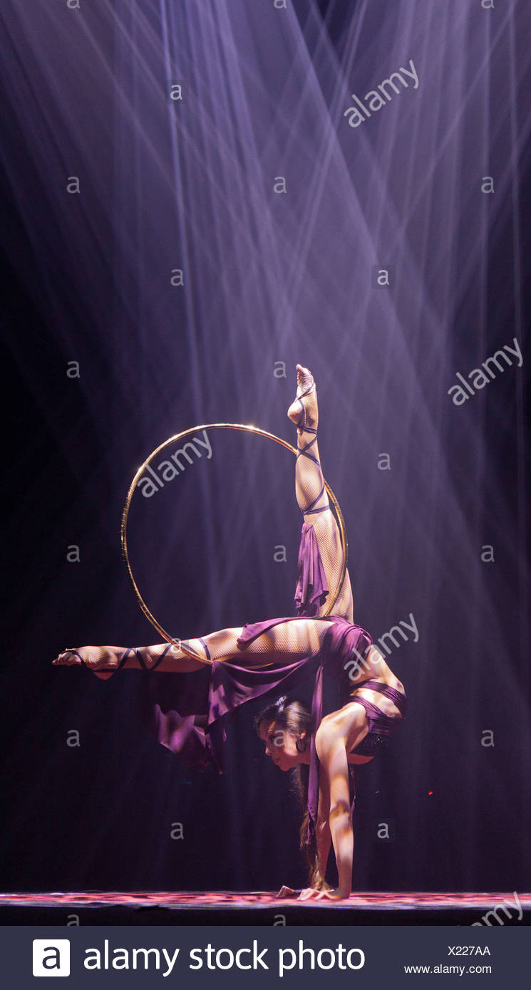 Hula-hoop performance, Romina Micheletty, FlicFlac Christmas Circus, premiere of Schrille Nacht, eilige Nacht, Westphalia Hall - Stock Image