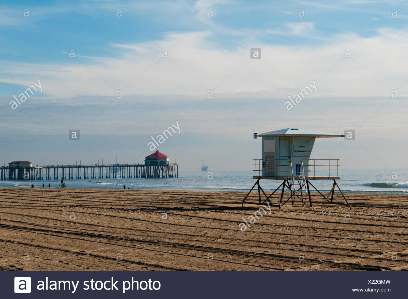 Life guard shack and pier on almost deserted Huntington Beach, on the Pacific Ocean. - Stock Image