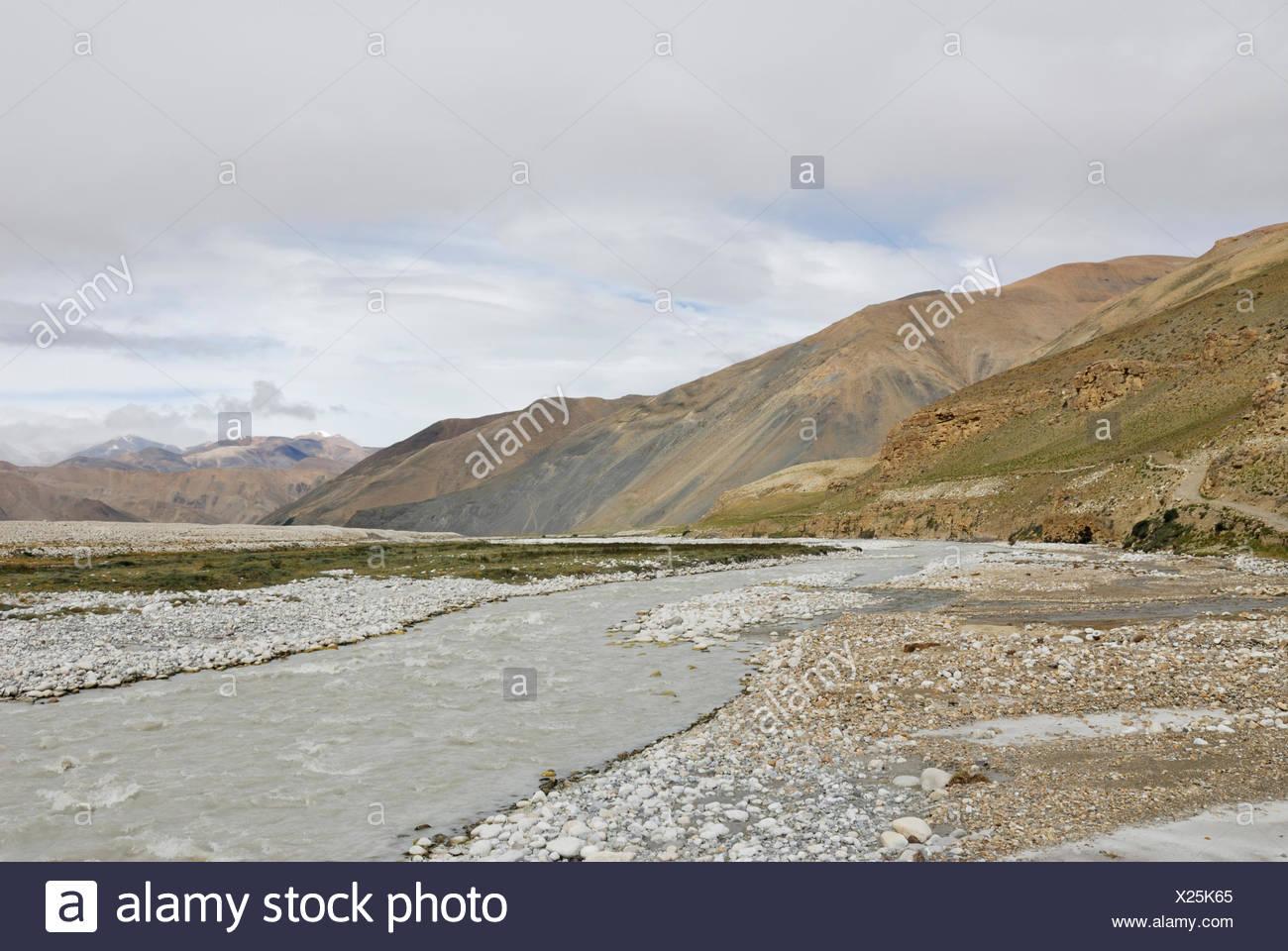 Barren mountain landscape near the Rongbuk Monastery, Himalayas, Tibet, China, Asia - Stock Image