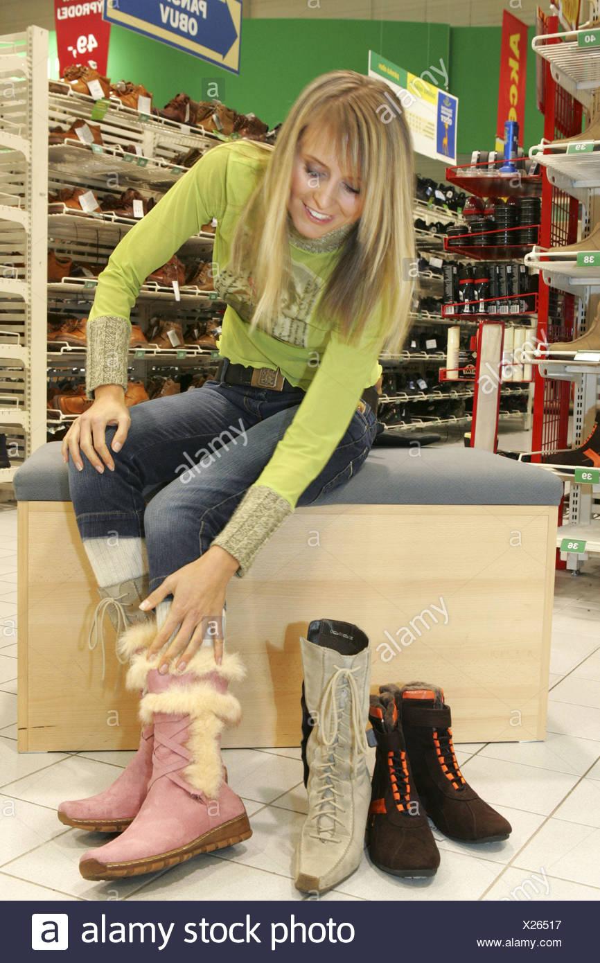 5373ec430c8473 Schuhe Einkaufen Stock Photos   Schuhe Einkaufen Stock Images - Page ...