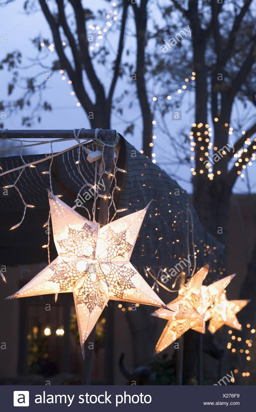 USA, New Mexico, Santa Fe, Canyon  Road, Weihnachtsdekoration,  Lichterkette, Sterne Nordamerika, Vereinigte Staaten von Amerika, Neumexiko, Stadt, Bundeshauptstadt, Gallery District, Beleuchtung, Weihnachtsbeleuchtung, Dekoration, Weihnachtszeit, Weihnachten, weihnachtlich, Lichter, Abend, Abenddämmerung - Stock Image