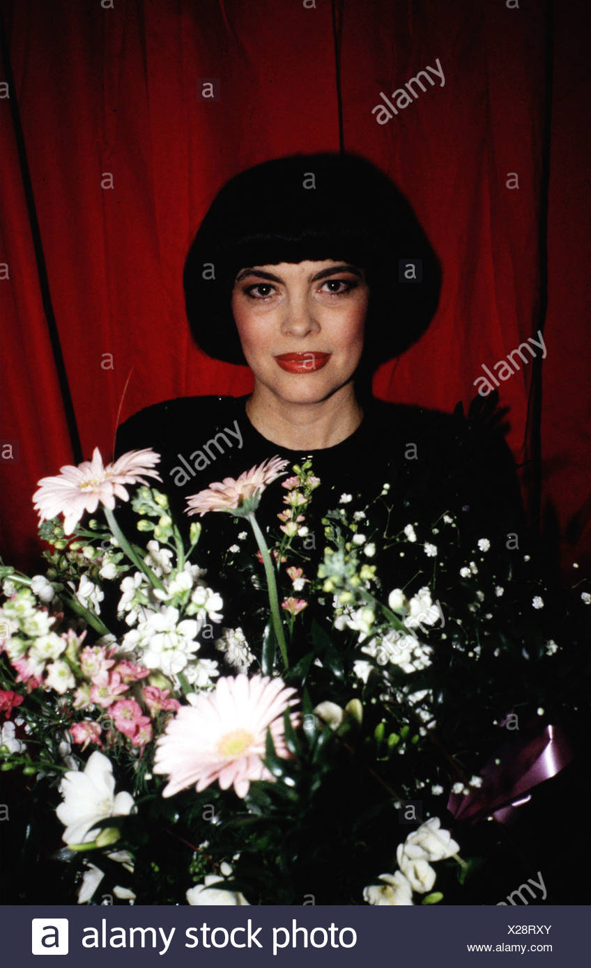 Mathieu, Mireille, * 22.7.1946, French singer, portrait, during an award ceremony, 1980s, red curtain, bunch of flowers, - Stock Image