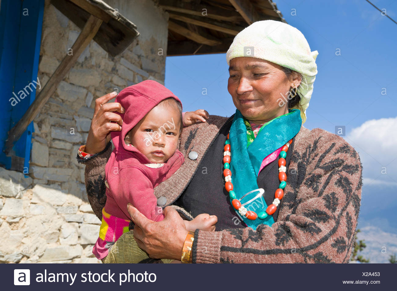 Nepali mother with her baby, Sete, Solukhumbu District, Sagarmāthā Zone, Nepal - Stock Image