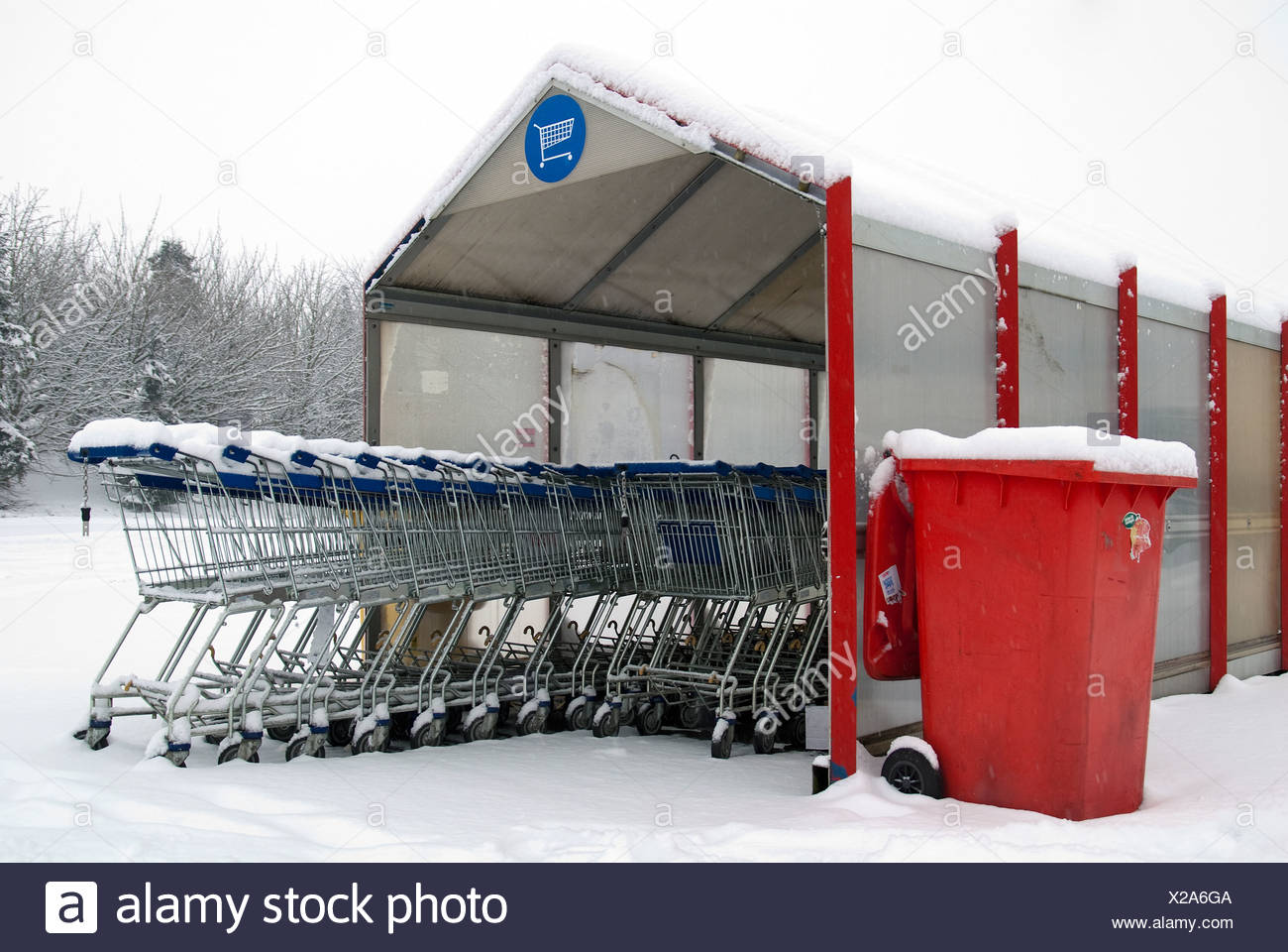 Shopping parked car in the winter - Stock Image