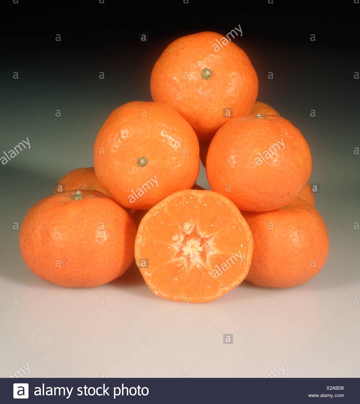 Group of mandarin fruit whole sectioned variety Sunk Mandarin - Stock Image