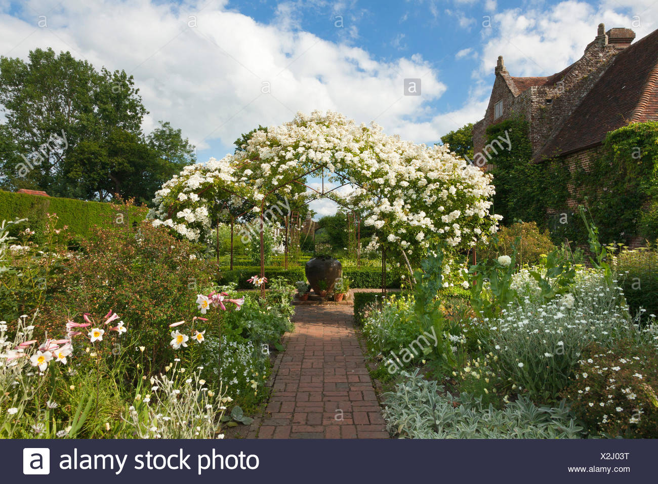 sissinghurst white garden stock photos sissinghurst white garden stock images alamy. Black Bedroom Furniture Sets. Home Design Ideas