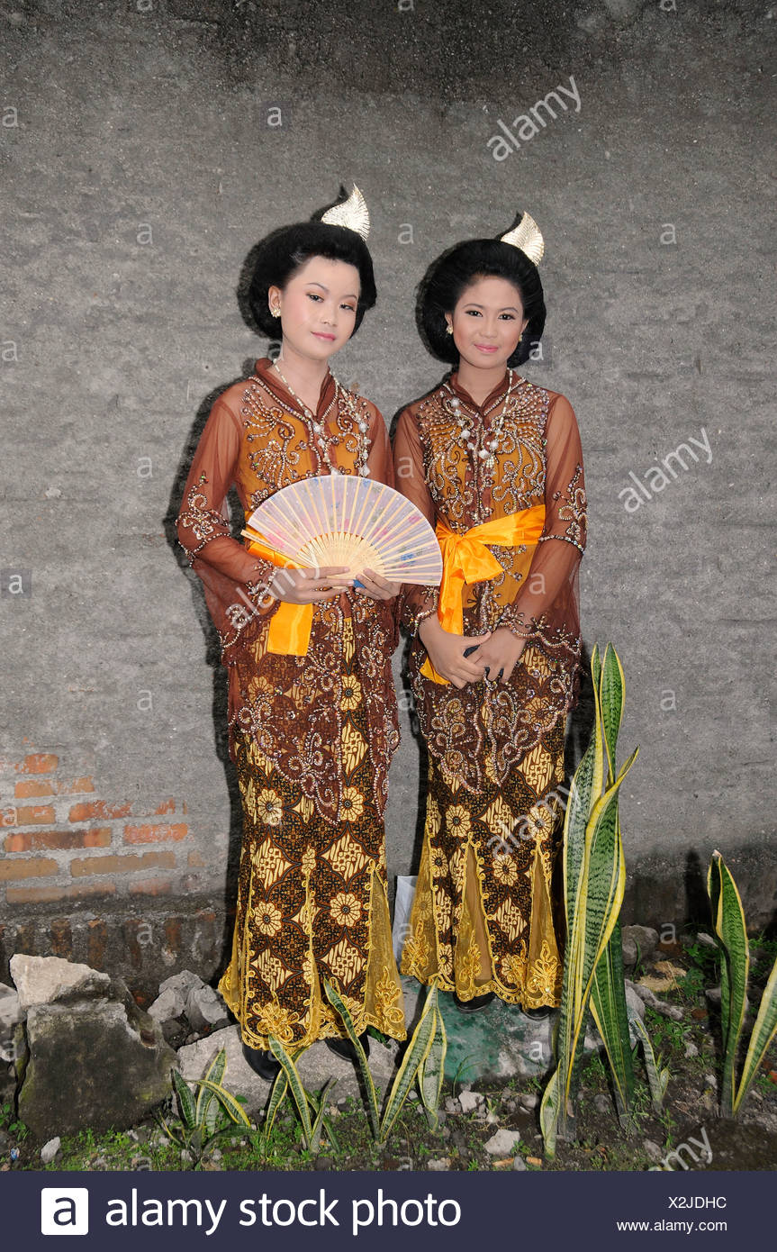 Wedding in Central Java, bridesmaids wearing traditional batik dresses, Yogyakarta, Central Java, Indonesia, Southeast Asia - Stock Image